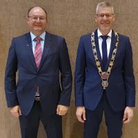 Nach der Vereidigung des 1. Bürgermeisters Raimund Lindner, FHB (rechts) und 2. Bürgmeisters Ralf Bayerlein, SPD (links)